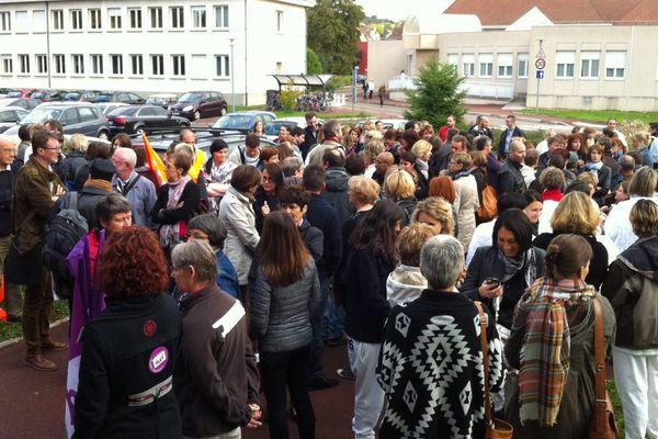 Une centaine de manifestants devant le bâtiment du centre de documentation de la Chartreuse