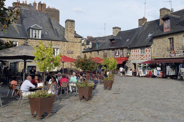 Il y a de moins en moins de cafés-bistrots dans les villages de France. Le projet 1000 cafés veut lutter contre ce phénomène qui empêche de tisser des liens sociaux. (Photos d'illustration dans le village médiévale de Fougères en Bretagne)