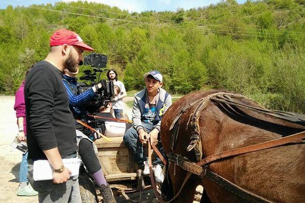 """Le jeune réalisateur roumainLoránd Gábor, sur le tournage de son court métrage """"How to Fly a Kite?"""", lauréat du Grand Prix du Poitiers Film Festival 2019."""