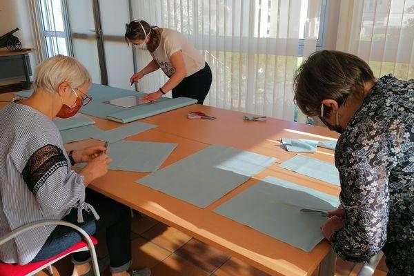 Les couturières de Brains préparent les kits de fabrication des masques - 10 avril 2020