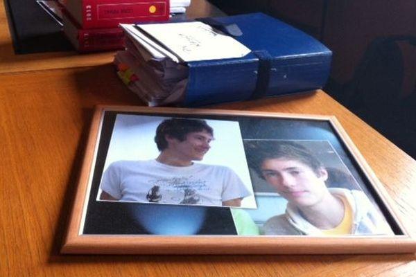 Les parents de Pierre Nasica ont amené aujourd'hui dans la salle d'assises un cadre avec des photos de leur fils.
