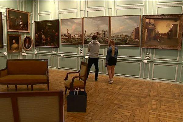 Dans cette salle du musée d'Angoulême, les tableaux des peintres classiques italiens côtoient ceux des artistes charentais.