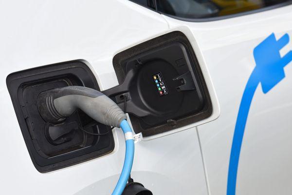 En Corse, 90 sites sont répertoriés pour charger sa voiture électrique ou hybride.