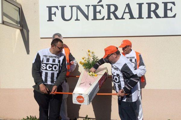 Les salariés des Charcuteries Gourmandes ont fait un arrêt devant la maison funéraire de Josselin pour symboliquement enterrer leur entreprise