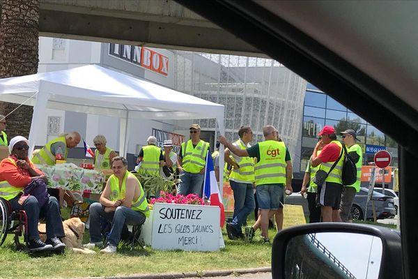 """Une vingtaine de """"gilets jaunes"""" occupent le rond-point de Provence ce samedi à Antibes."""