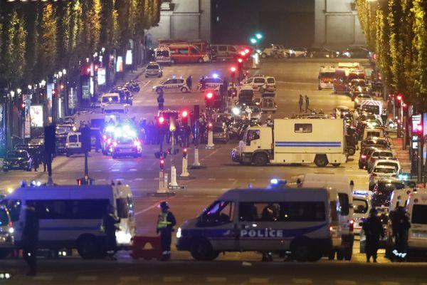 Les forces de l'ordre sur les Champs Elysées à Paris, le jeudi 20 avril en soirée