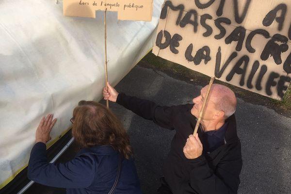 Ce mardi matin les opposants au contournement ont bloqué le véhicule du Pdt du Département pour l'empêcher de se rendre sur le chantier