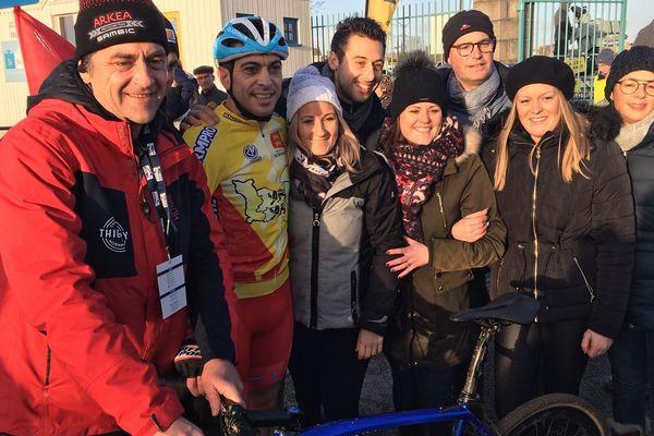 Julien Roussel avec sa femme et ses proches sur la ligen d'arrivée du championnat de France de cyclo-cross à Flamanville