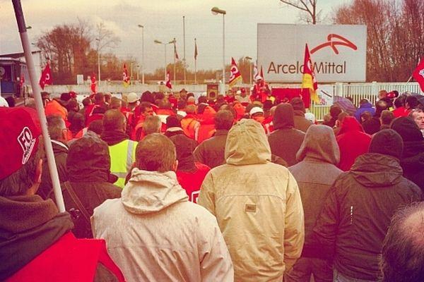 Des centaines de personnes devant le site de Basse Indre
