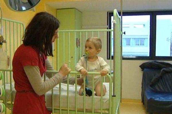 La maman d'Enzo , un an, est venue aux urgences pour son fils malade