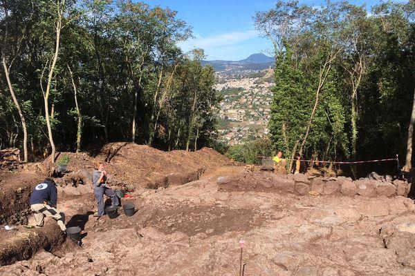 Les archéologues du chantier de Corent font découvrir aux visiteurs les découvertes réalisées au cours de l'été 2018.