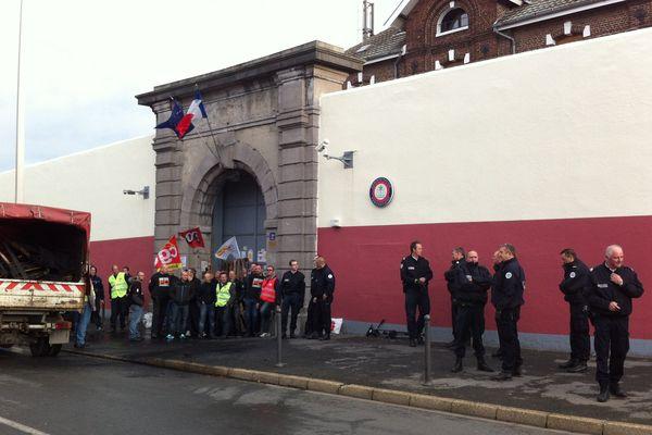 Devant la prison de Béthune, ce mercredi matin.