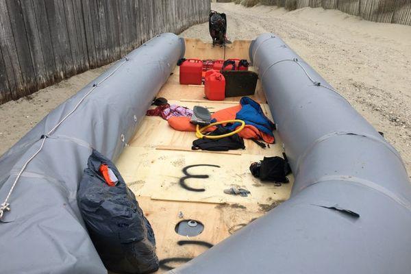 Le canot pneumatique modifié s'est échoué sur la plage de Quend tôt le 4 avril 2021 avec une trentaine de personnes à son bord, dont 23 migrants originaires du Vietnam et d'Irak.