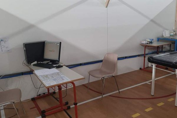 Un box de consultation au centre Covid-19 d'Alès (Gard).
