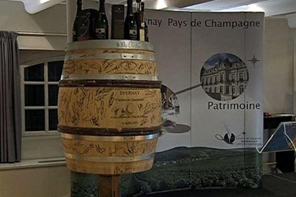 Les coureurs du Tour de France ont dédicacé le tonneau lors de leur passage à Epernay en juillet dernier.