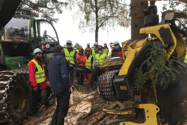 Dans le Puy-de-Dôme, des visites sont organisées pour parler de la filière bois et montrer les métiers.