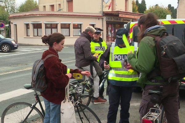 La police effectue des contrôles inopinés pour sensibiliser les cyclistes à l'importance d'être vu.
