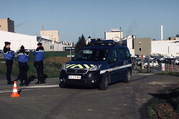 Des gendarmes lors de l'enquête à l'usine Lactalis à Craon