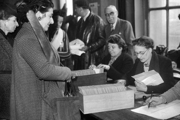 En France, les femmes ont voté pour la première fois le 29 avril 1945 pour les élections municipales d'après-guerre.