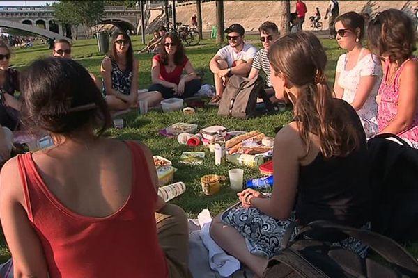 """Les Greener Goood de Lyon organisent , de temps en temps, des pique-nique pour échanger sur leurs pratiques """"éthiques"""" de consommation"""