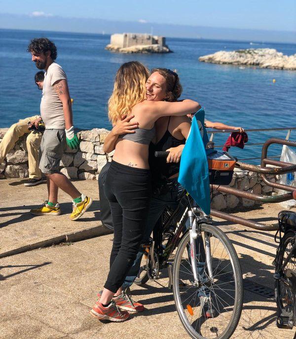 Une dernière embrassade pour Anaëlle avec son amie Théa devant son vélo à Malmousque avant de partir pour un long voyage !