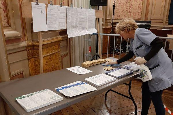 Les bureaux de votes sont régulièrement désinfectés à Menton ce dimanche 15 mars
