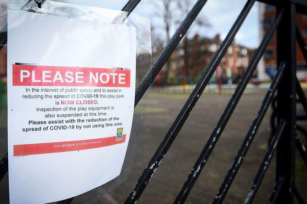 Un message affiché à l'entrée d'une école britannique pour annoncer sa fermeture.