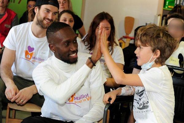 Enfants et sportifs réunis dans un hôpital à Grenoble en 2020.