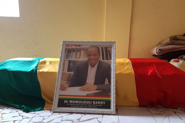 Exposition du corps dans la grande mosquée de Mamou. Les autorités religieuses ont observé une lecture du saint Coran pour le repos en paix de l'âme de Dr Mamoudou Barry.