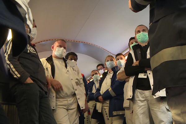 Le briefing des équipes médicales se fait dans le wagon bar.