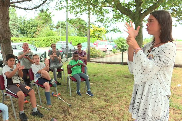 Lucie Zingué-Pichon anime l'atelier de la maison des jeunes de Neuville-lès-Dieppe