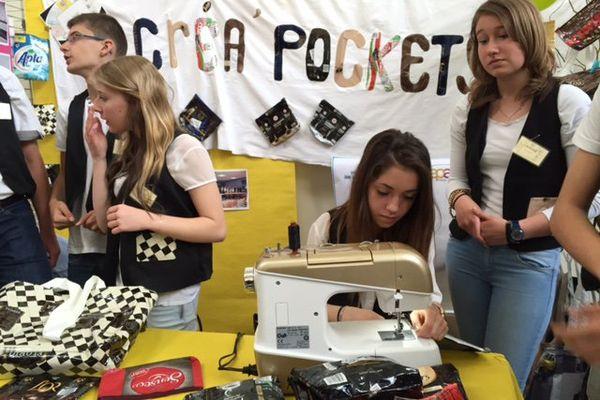 Ces collégiens proposent des sacs et pochettes en paquets de café recyclés.