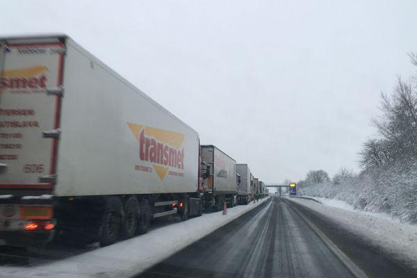 Les poids lourds, interdits de circulation, sont immobilisés le long de l'A10.