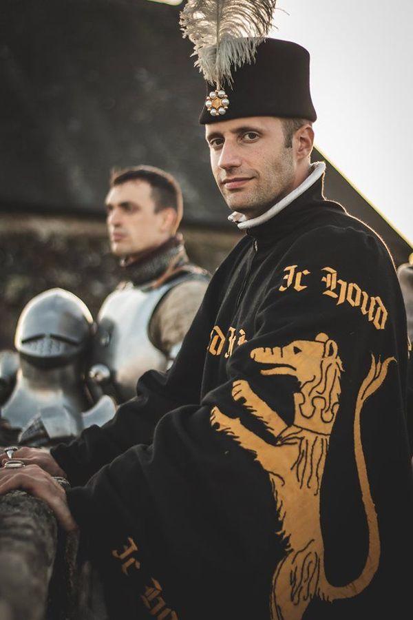 """La tenue """"civile"""" d'un chevalier à l'époque d'Azincourt, reconstituée par l'association Genz d'Armes 1415."""