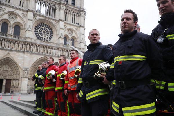 Les Sapeurs-Pompiers de Paris devant la cathédrale Notre-Dame