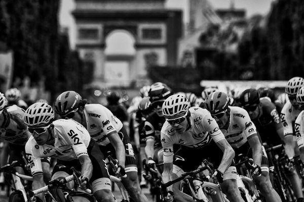 Des coureurs sur l'avenue des Champs-Elysées lors de la dernière étape du Tour de France 2017.