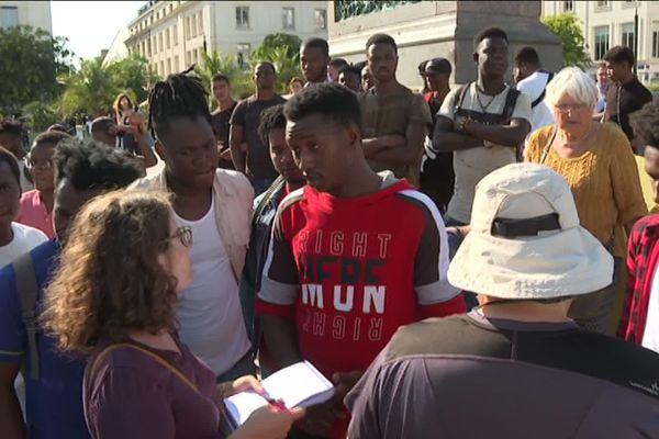 Depuis plusieurs mois, une importante mobilisation autour de la situation des jeunes majeurs étrangers a lieu à Orléans. Le 21 août, un rassemblement de soutien avait été organisé devant la préfecture.