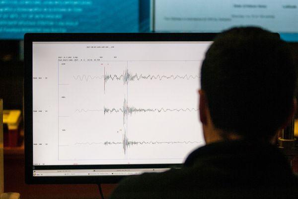 Un opérateur mesure la sismographie (photo d'illustration).