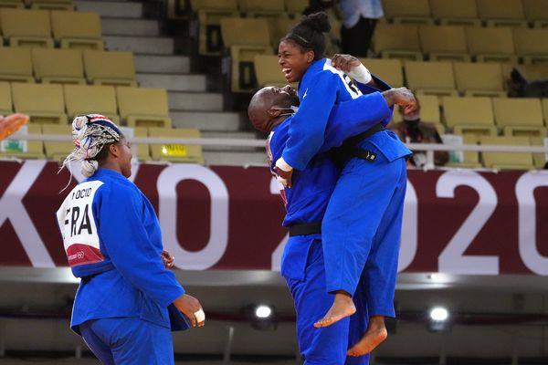 Sarah-Léonie Cysique félicitée par Teddy Riner quelques instants après sa victoire.