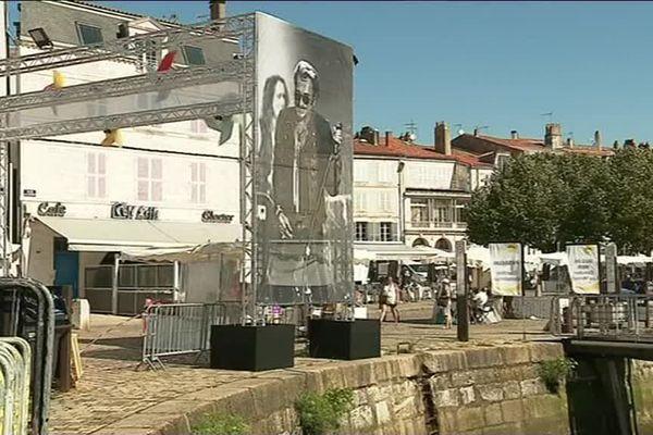 Un portrait géant de Johnny Halliday, disparu le 5 décembre dernier, a été dressé sur le Vieux Port de la La Rochelle.