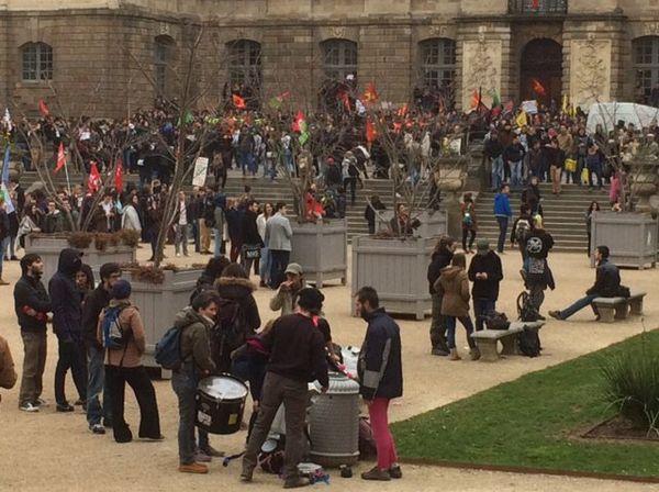 Les manifestants contre le projet de loi Travail commencent à se rassembler place du Parlement à Rennes