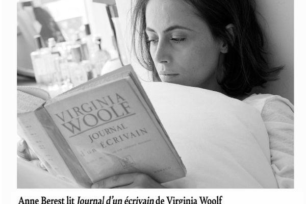 """L'une des photo de l'exposition """"Lecture mon amour"""". Anne Berest lit """"Journal d'un écrivain"""" de Virginia Wolf."""