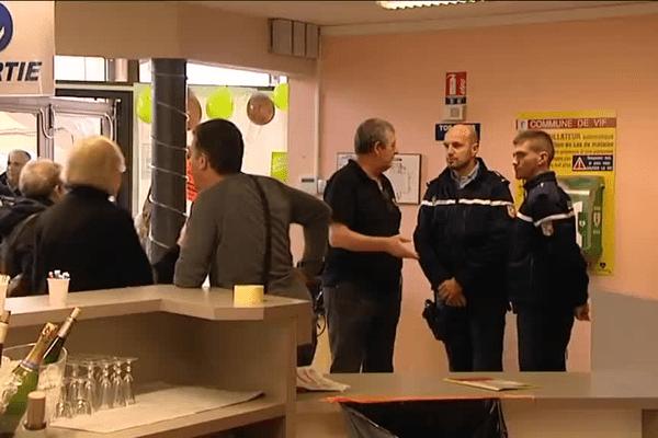 Des gendarmes dans un salon de la gastronomie