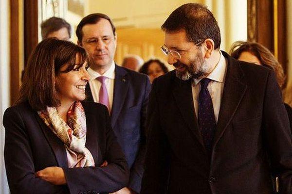 Anne Hidalgo avec Ignazio Marino, le Maire de Rome, dans les couloirs de l'Hôtel de Ville de Paris.