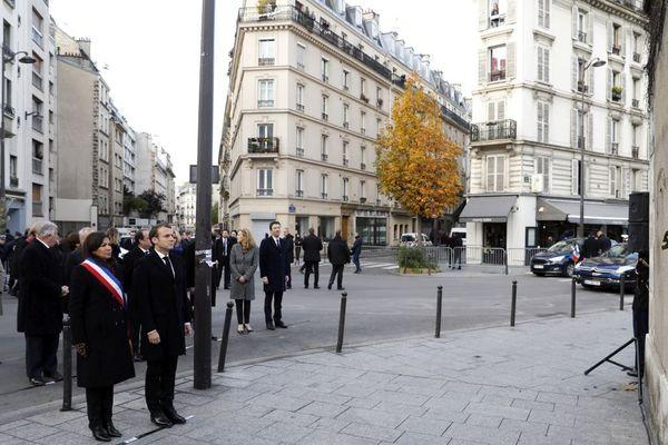 Emmanuel Macron et la maire Paris Anne Hidalgo devant la plaque commémorative située en face du bar 'Le Carillon' et du restaurant 'Le Petit Cambodge' restaurant où une cérémonie a été organisée lundi 13 novembre 2017 à l'occasion du 2e anniversaire des attentats de Paris de novembre 2015
