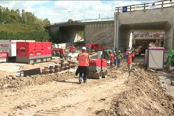 L'opération de ripage consiste à démolir une portion de l'autoroute pour glisser un tunnel de béton avant de reconstituer les voies.