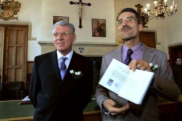 Dominique Adamski Francis Dekens présentent leur livret de famille le 24 février 2006 à l'hôtel de Ville de Mouscron en Belgique, à l'issue de leur cérémonie de mariage.