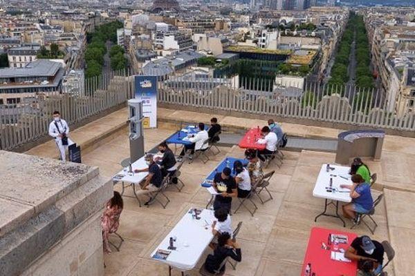 La finale de la Dictée pour Tous s'est tenue ce samedi matin sur le toit de l'Arc de Triomphe à Paris.