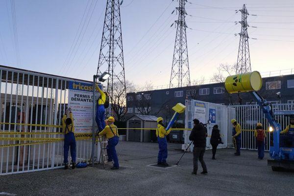 Depuis 7h30 ce vendredi 21 février, les militants de Greenpeace mènent une action symbolique devant la centrale nucléaire du Tricastin (Drôme). Ils demandent l'arrêt total de la centrale nucléaire.