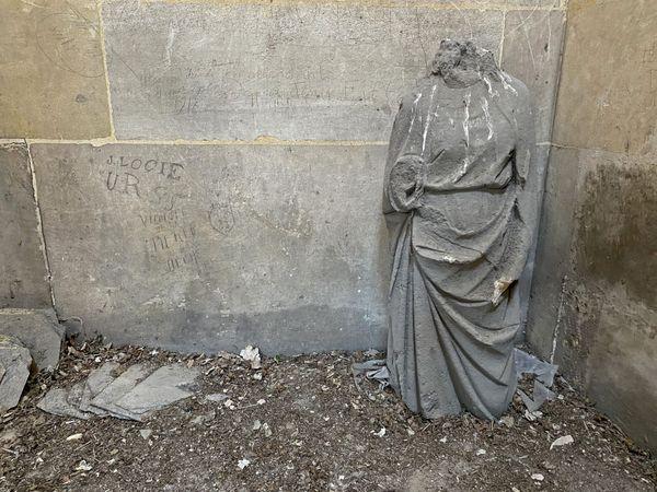 Une des statues de l'église St Ouen de Rouen pendant les travaux du printemps 2021
